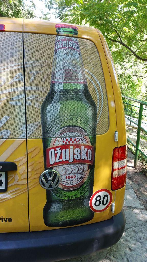 Voiture au couleur d'une bière croate (Ožujsko) sur le parking