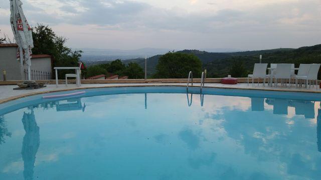 Vue depuis la piscine de la maison d'hôte Sunny house - Macédoine