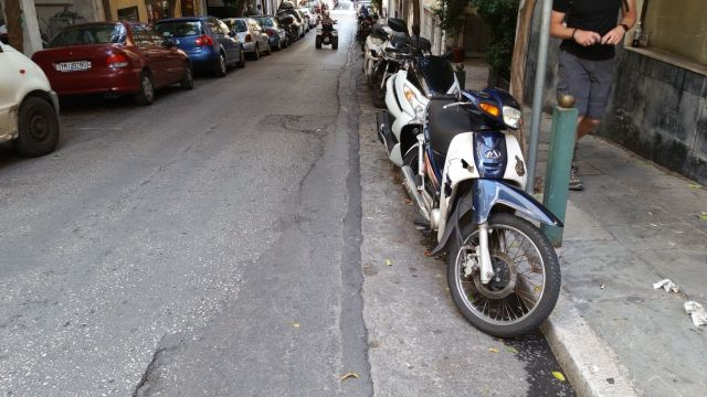 A Athènes, les 2 roues se garent dans le caniveau