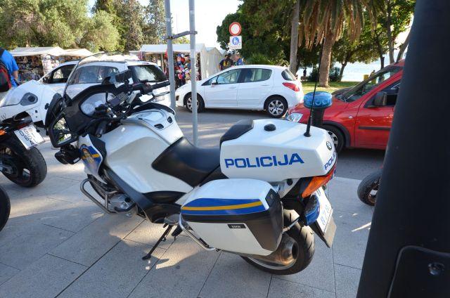 Une moto de police à Zadar