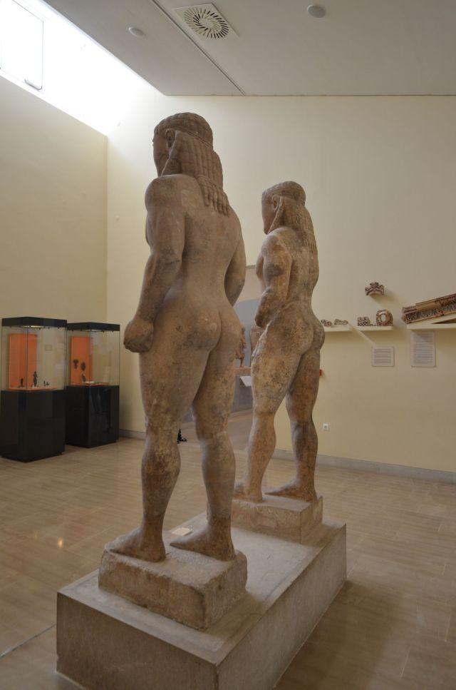 Paire de kouroi en marbres qui représentent deux héros de la mythologie argienne (environ 580 av.J.C.) - Delphes