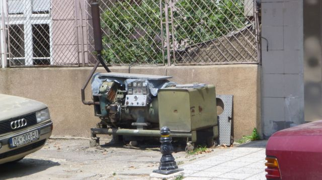 Groupes électrogènes croisés un peu partout devant le poste de police ou encore le boucher - Kosovo