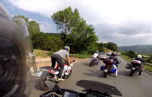 Motos avec des plaques italiennes croisées au Kosovo
