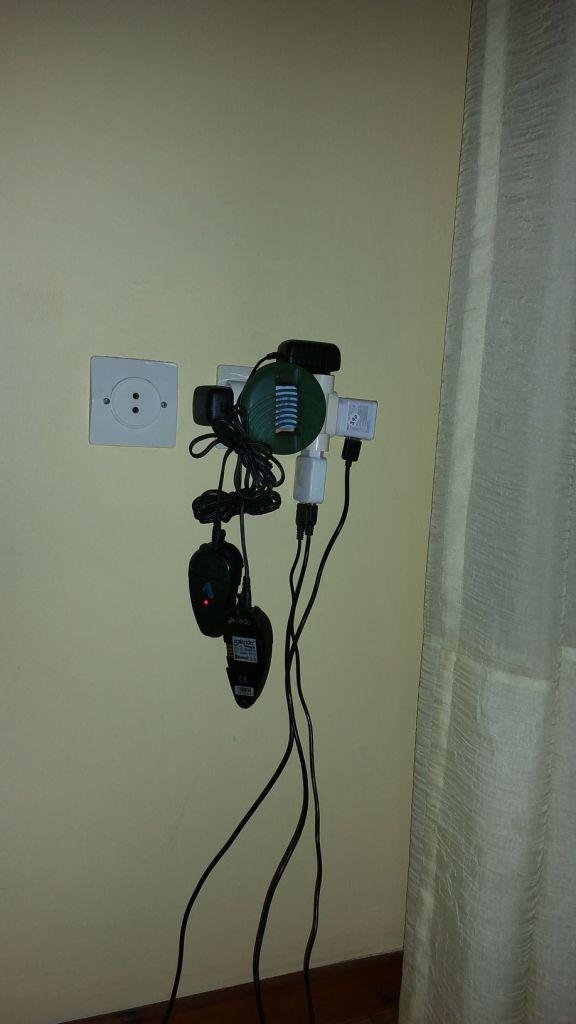 Nos branchements pour la nuit (anti-moustiques, scala, téléphones)