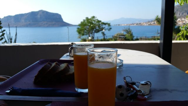 Petit déjeuner devant Monemvasia - Chrisais Hotel