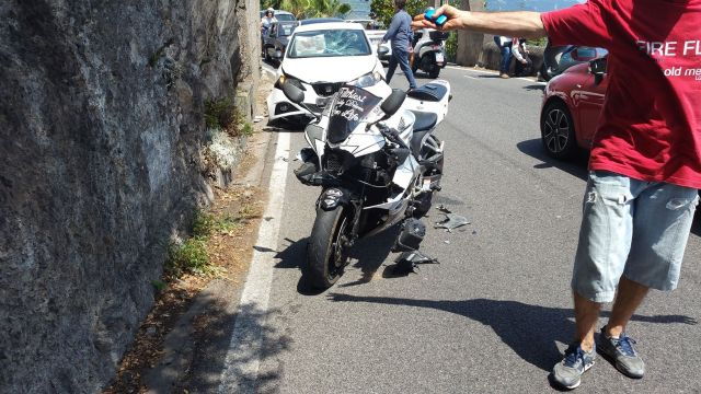 Moto pulvérisée sur la côte amalfitaine
