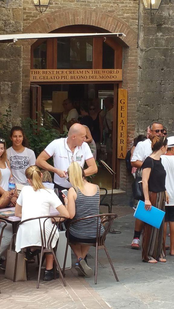 """Les meilleures glaces du monde"" sur la piazza della Cisterna - San Gimignano"