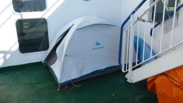 Tente mise sur le ferry