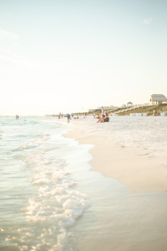 Seasiden rannalla auringonlaskussa