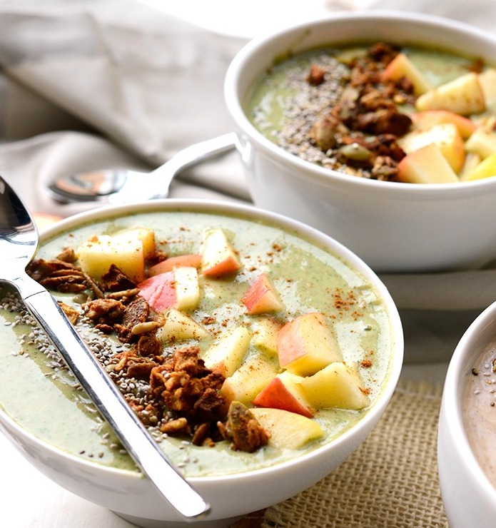 green-apple-pie-smoothie-bowl-roamilicious