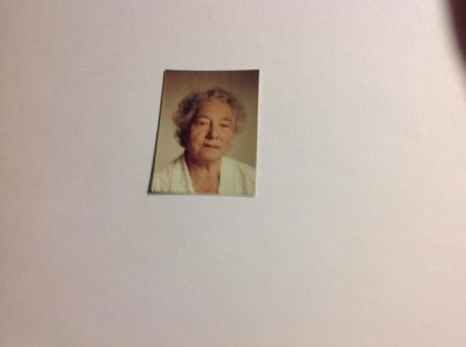 Ett billede av min mor Pauline Troning, det var nok ett billede som var brukt til pass, jeg kan ikke si noe om hvilket årstall billedet er tatt. Kanskje du Ella kan si noe om årstall ?