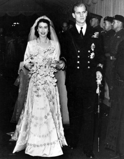 1477943409 gettyimages 2636196 1 - ¿Qué usó la Reina Isabel II el día de su boda?