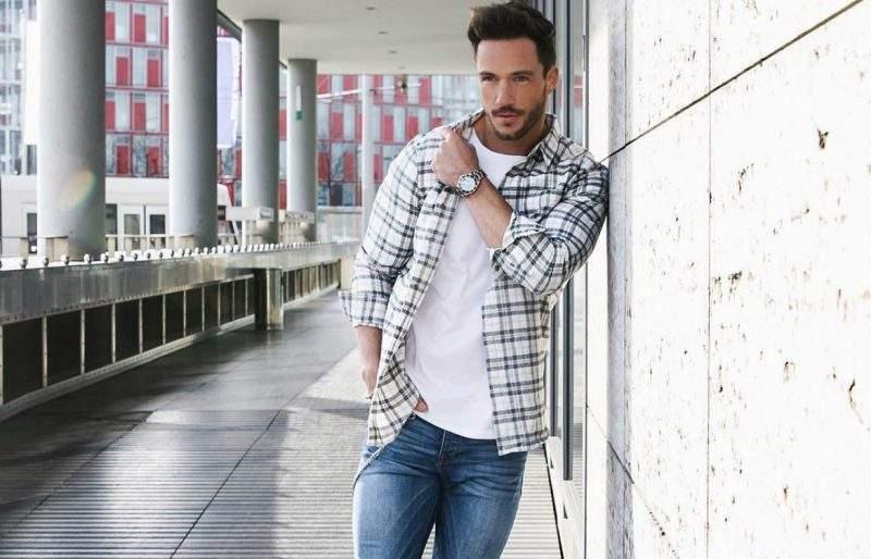 black and white flannel shirt mens 800x514 - Te contamos TODO sobre cómo vestir bien una camisa blanca