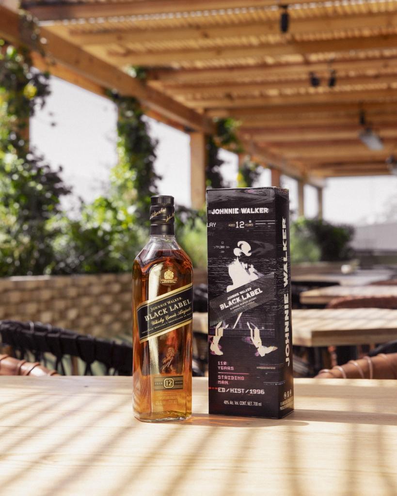 BLACK96 45 819x1024 - Con estas ediciones especiales, Johnnie Walker celebra los 110 años del Striding Man