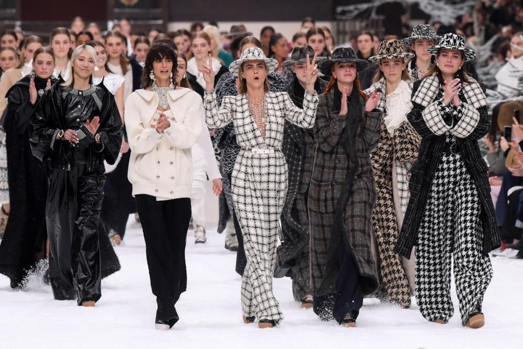 chanel fall 2019 cara delevingne karl lagerfeld tribute 1024x683 - Así fue el primer desfile de Chanel sin Karl Lagerfeld