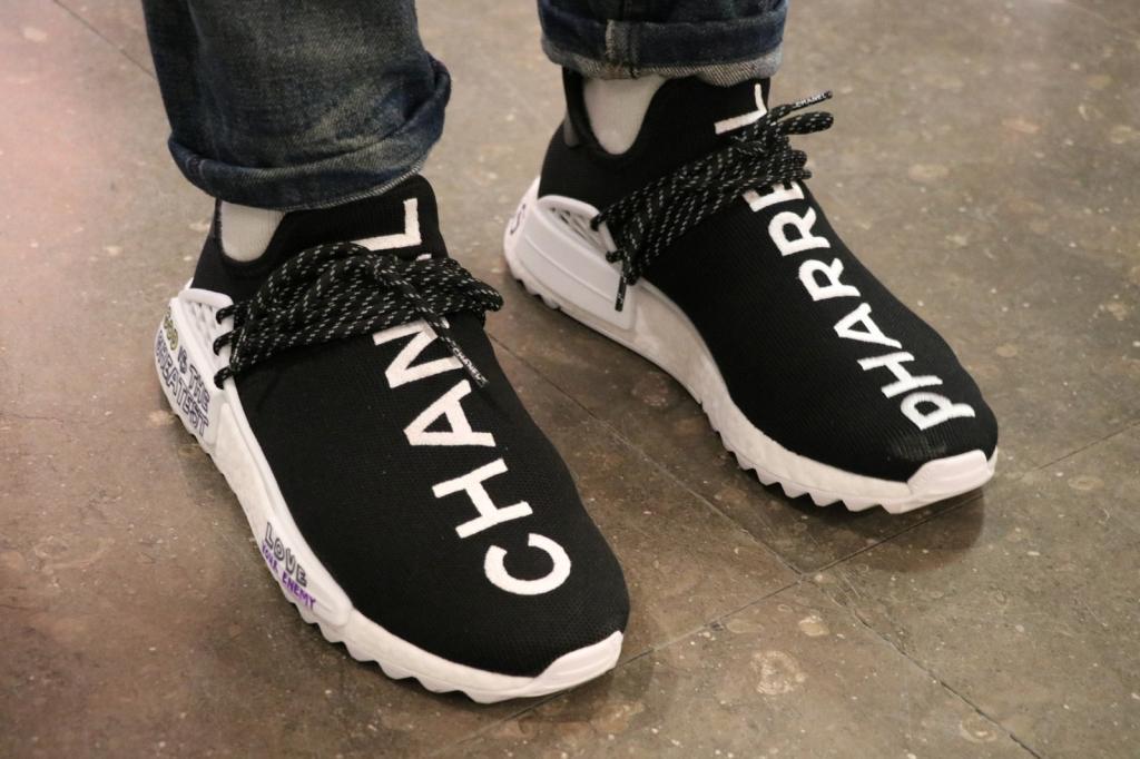 https 2F2Fhypebeast.com2Fimage2F20172F112Fchanel adidas originals pharrell williams hu nmd on feet 1 1024x682 - Pharrell Williams y Chanel se unen para crear nueva colección de ropa