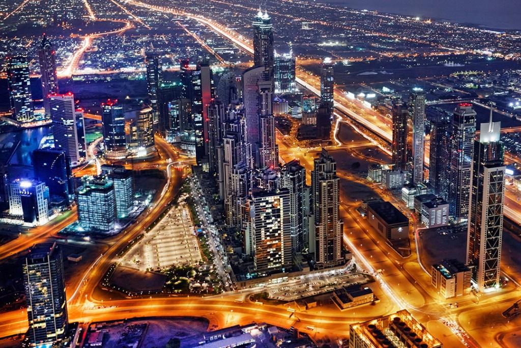 Aeropuerto de Dubái regala lingote a quien logre sacarlo de la urna
