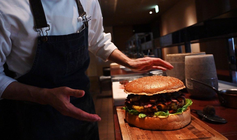 Patrick Shimada hizo una Hamburguesa gigante SF 12 1 - ¿Te consideras un rey de la hamburguesa? Tienes que probar la más grande y costosa del mundo