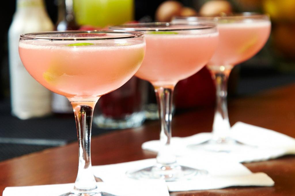 PinkLady 162295730 56a175175f9b58b7d0bf73d9 1024x683 - Los mejores cócteles rosados para disfrutar este Pink October