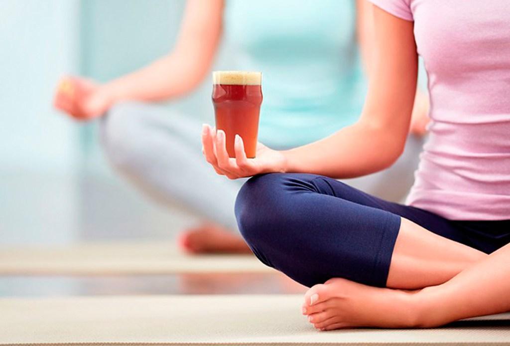 Beer Yoga, el nuevo arte de hacer ejercicio con cerveza también se practica en México