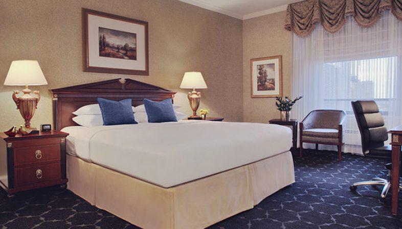 semi large  Huber Room 941 King props f Header - Te decimos cómo recorrer Chicago al estilo de 'La Boda de mi Mejor Amigo'