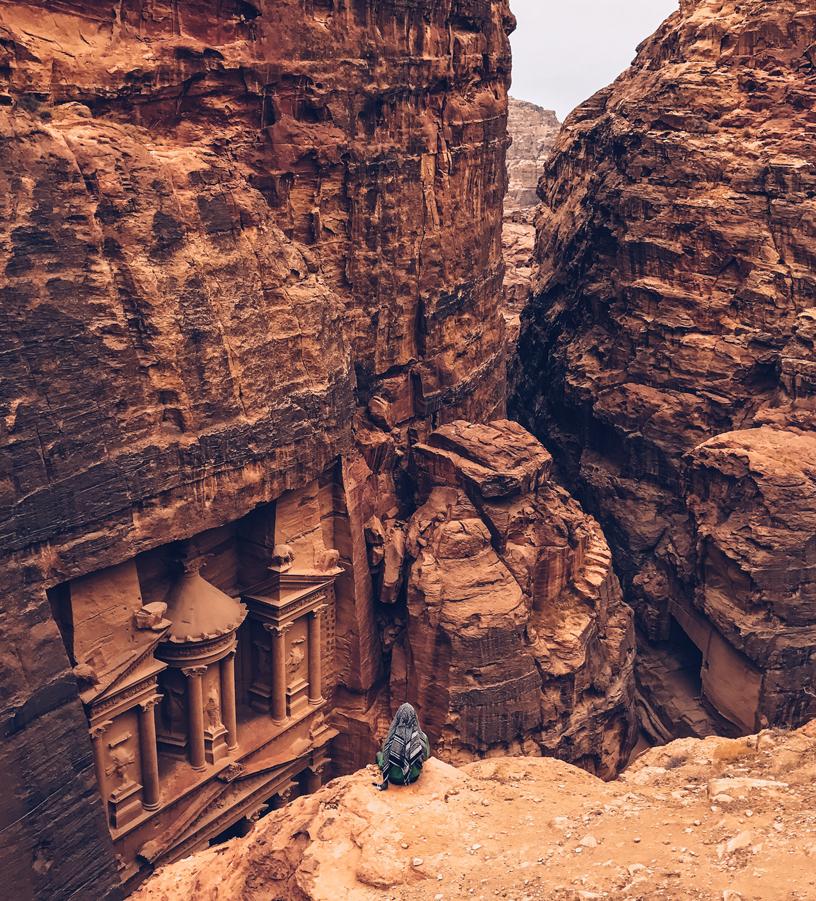 Shot on iPhone Challenge Announcement Woman in front of Petra big.jpg.large  - Atrévete a participar en el primer desafío Shot on iPhone