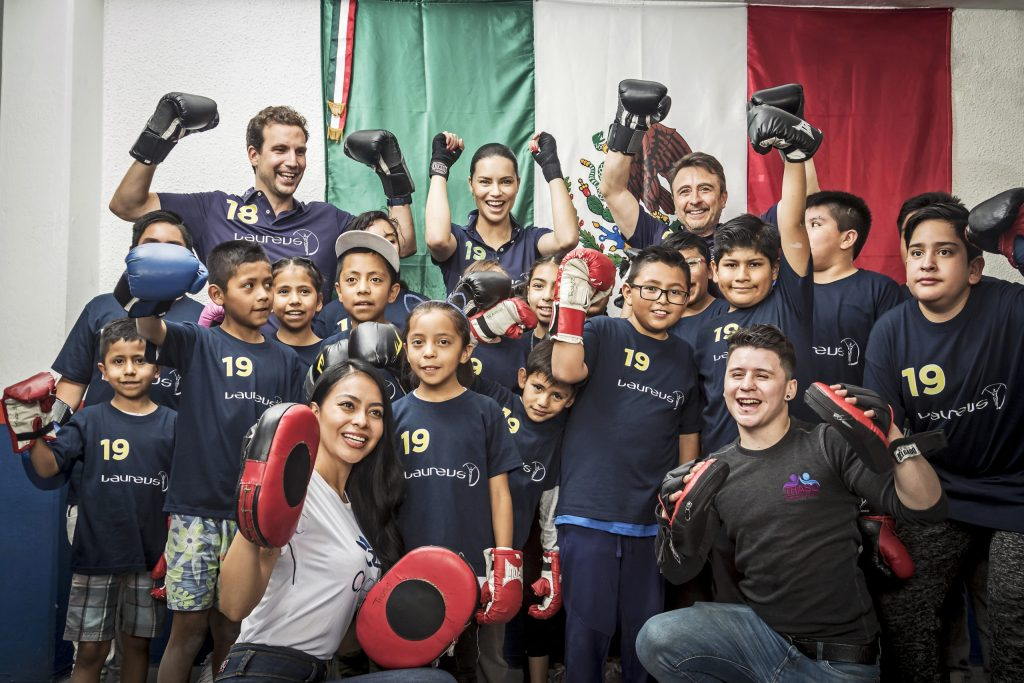 Adriana Lima entrena box con niños desfavorecidos de CDMX