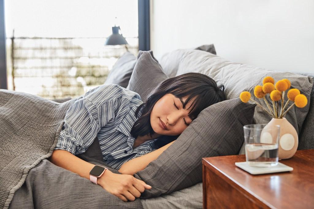 Fitbit te ayuda a dormir y mejorar tu sueño, te decimos cómo