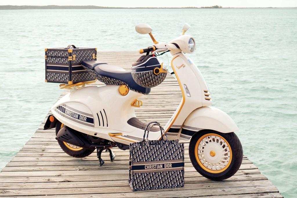 Esta motoneta celebra el arte de vivir de Dior y Vespa, que fueron fundadas el mismo año (1946), una en Francia y la otra en Italia