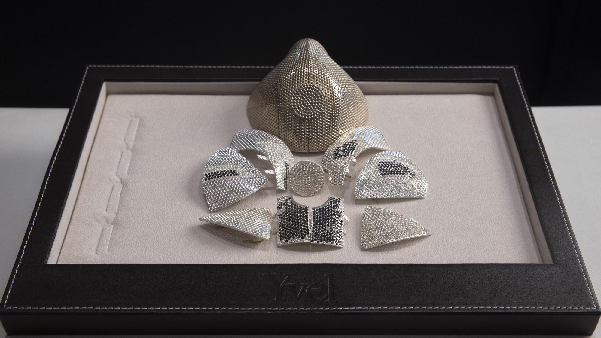 El cubrebocas más caro del mundo vale 1.5 mdd, está hecho de oro y tiene 3,600 diamantes