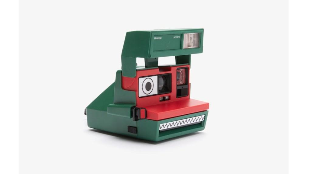 ¿Qué sale si juntas a Polaroid con Lacoste?, pues una simpática cámara cocodrilo