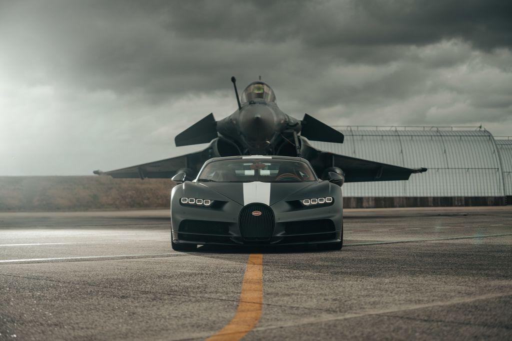 Sí, el Bugatti Chiron Sport casi vuela, pero, ¿será más rápido que un jet de combate?