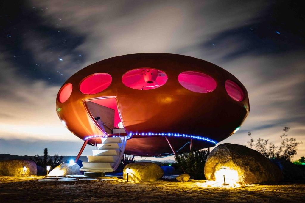 Hospédate dentro de un ovni con Future House de Airbnb, una experiencia de glamping fuera de este mundo
