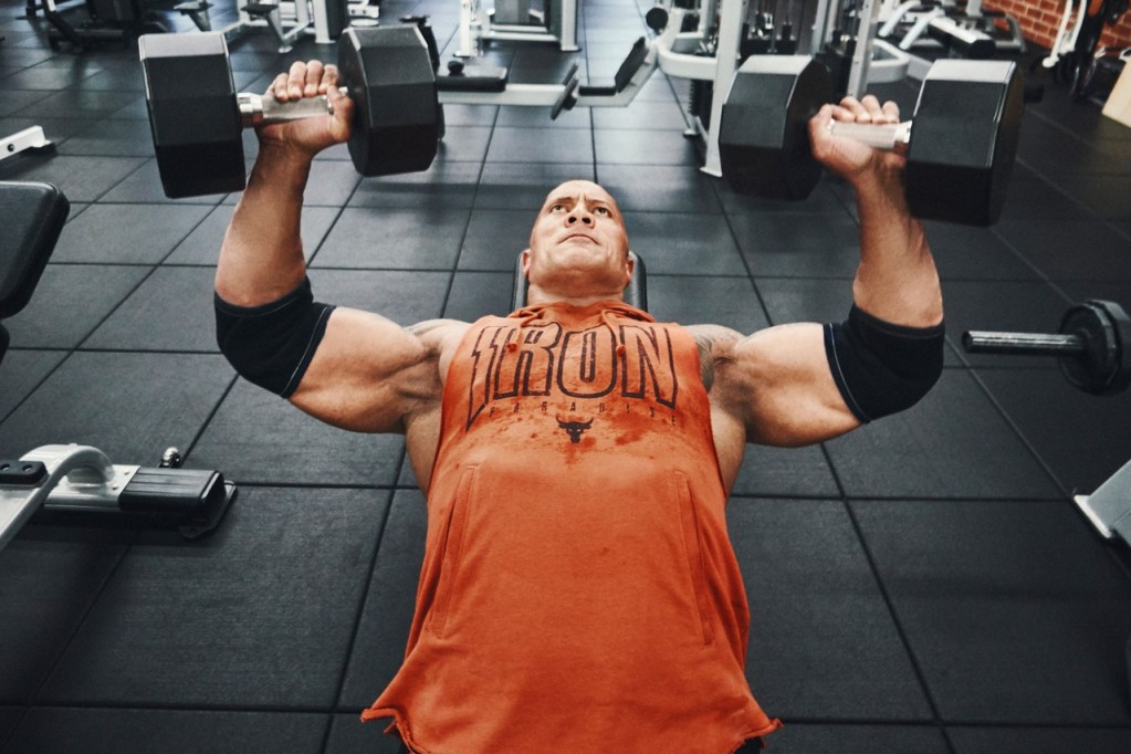 Si no te ves como Dwayne Johnson en el gym, al menos usa la ropa de su colección