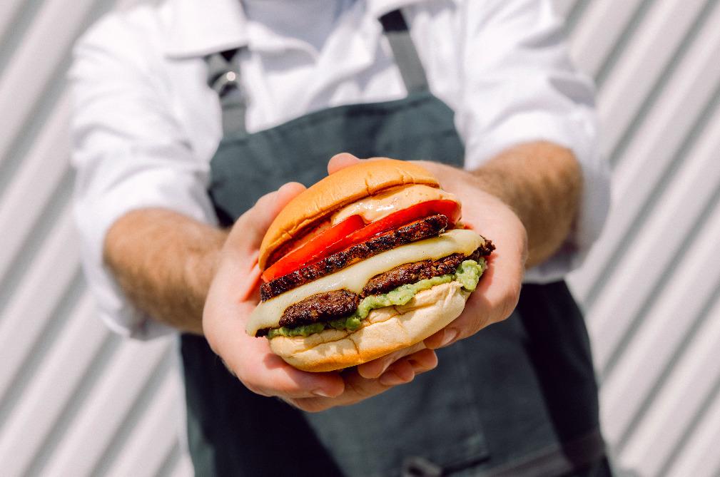Quintonil Burger, una exclusiva hamburguesa edición limitada con todo el sabor del fine dinning
