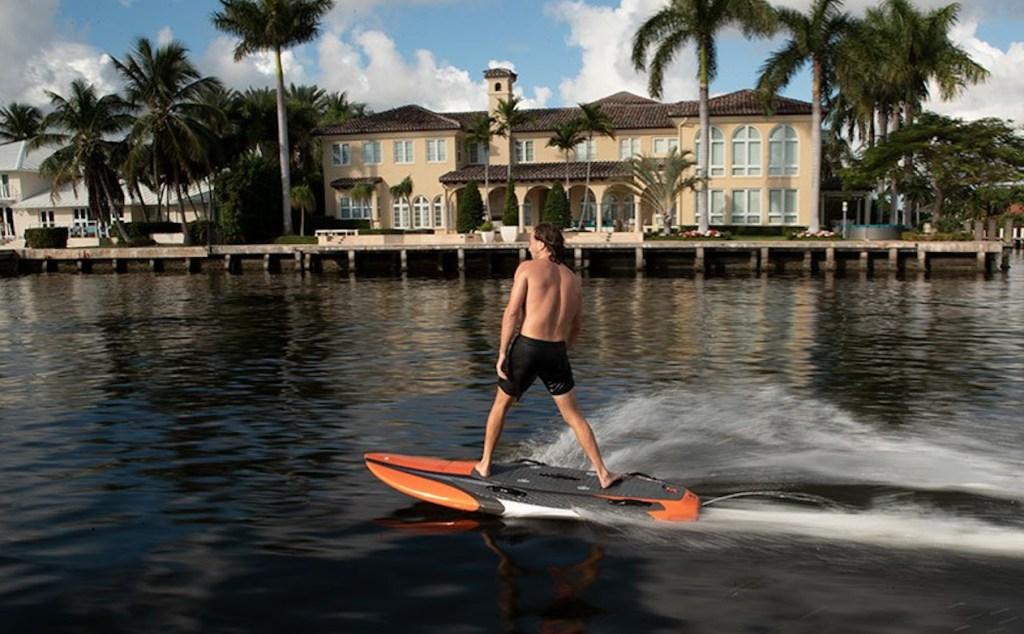 Ni moto acuática ni tabla de surf, Yujet Surfer es nuestra nueva obsesión de verano.