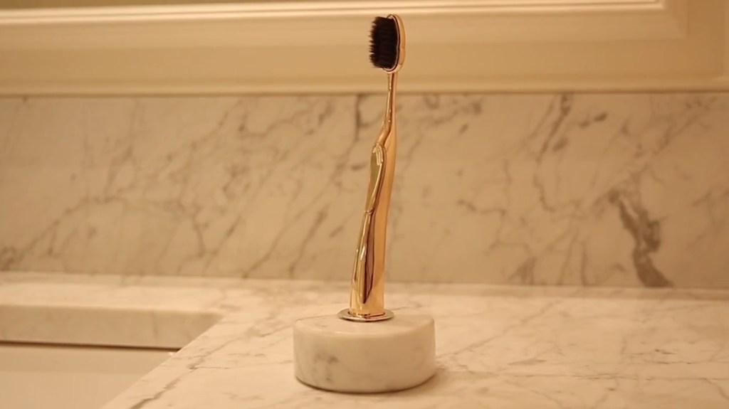 Éste es el Rolls Royce de los cepillos de dientes, hecho en plata y oro, y diseñado para ser eterno
