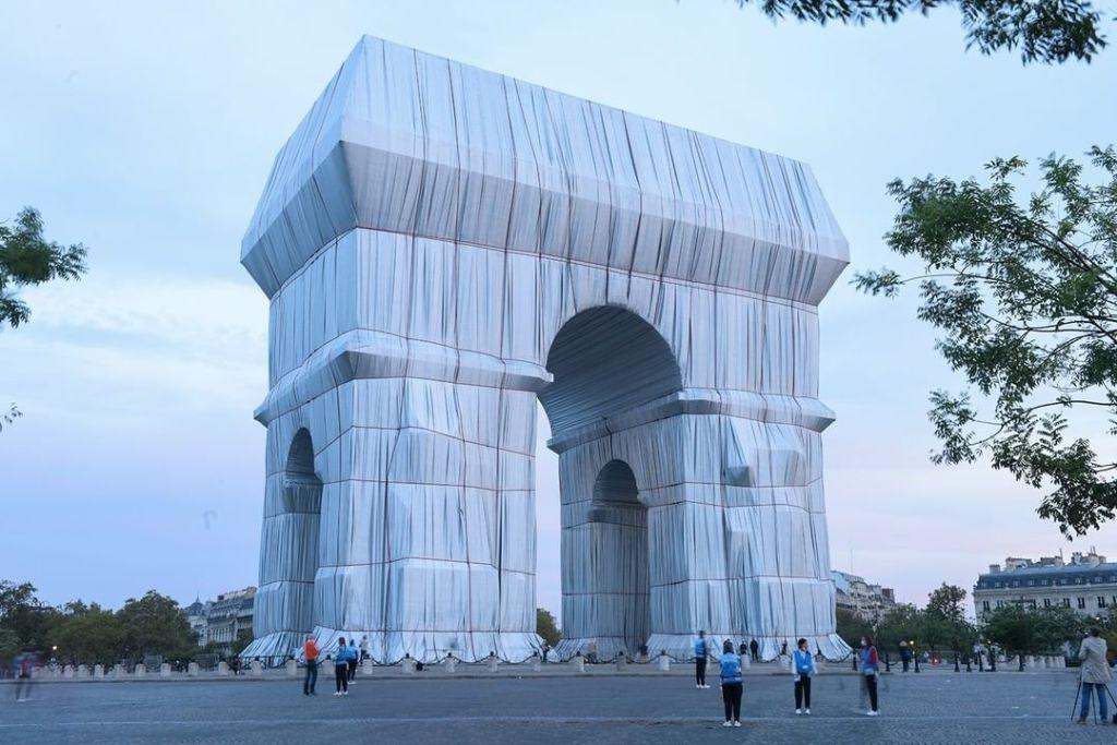 El Arco del Triunfo «empaquetado» del artista Christo inspira a un restaurante parisino