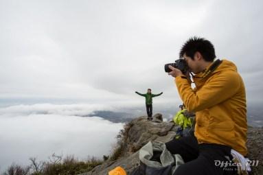 女体山山頂にて・・・コルコバードの丘か!?というポーズの方も居ますが 笑