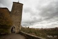 塔と城壁と街並み