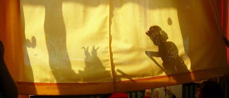 Eine Gruppe der Löwenklasse entwickelte ein Theaterstück und stellte dieses mit Hilfe eines Schattenspiels in 5 verschiedenen Sprachen dar.