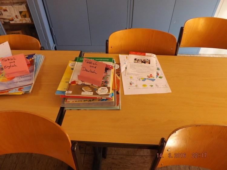 Hier konnten die Kinder in Büchern stöbern. Die Bücher sind in viererlei Sprachen.