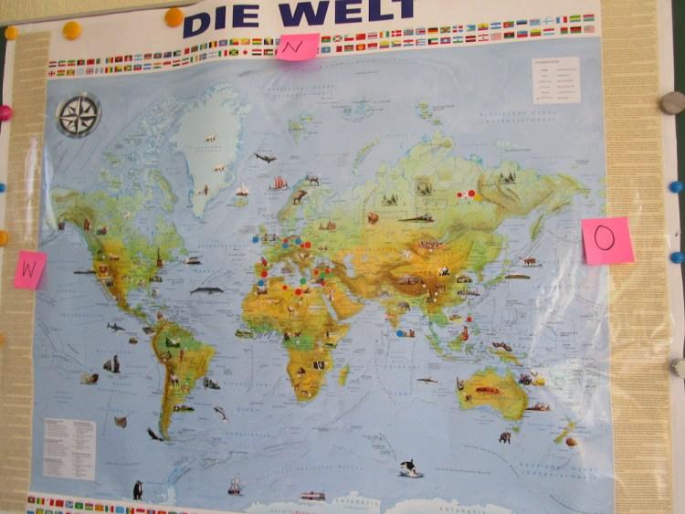 Dann steckten sie einen Pin in die Weltkarte, wo sie oder ihre Familie herkommt.