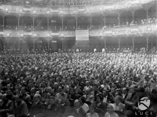 Teatro Petruzzelli affollato. Distanza.