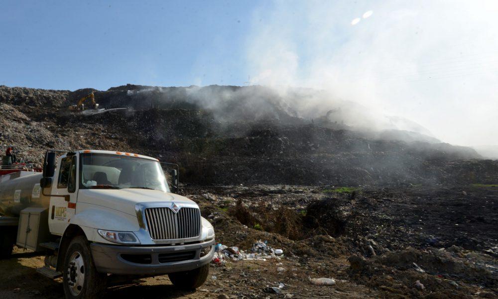 MOPC refuerza equipos y brigadas que participan en extinción fuego de vertedero Haina