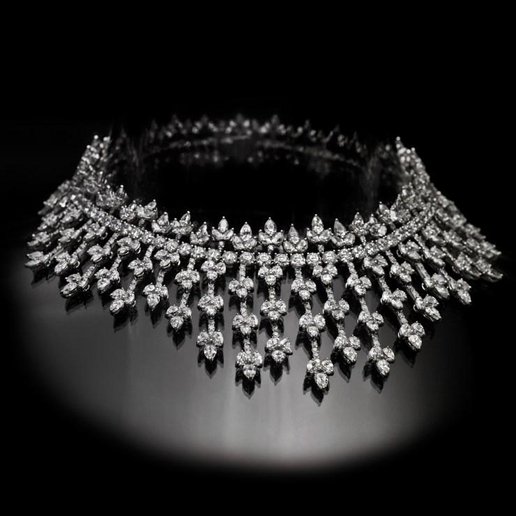 Collier firmato Pederzani in oro bianco con diamanti taglio brillante e goccia per complessivi 89ct circa