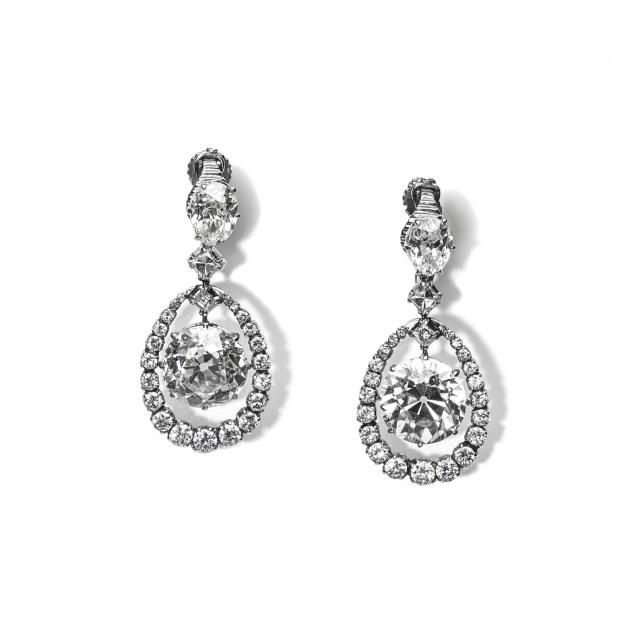 Orecchini in oro bianco 18 carati e platino con due diamanti old cut del peso di circa 5,5ct cadauno e due diamanti ovali del peso di 1ct circa cadauno, contornati da diamanti taglio brillante