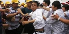 Huelga en la fábrica de Automóviles Honda en China, los huelguistas están vestidos de blanco y son adolescentes reclutados de sus centros de estudio, los de gorra son los sindicalistas del Partido Comunista Chino