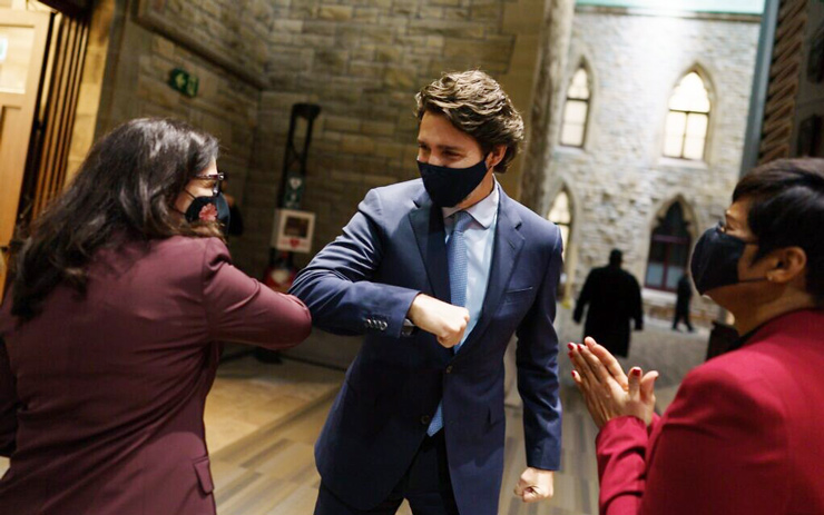 Newly sworn-in MP Ya'ara Saks greets Canadian Prime Minister Justin Trudeau in the antechamber before being introduced to the House of Commons, Ottawa, Canada, November 25, 2020. (Courtesy)