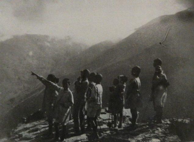 Els nens observen el vol de les àguiles a la Vall Fosca